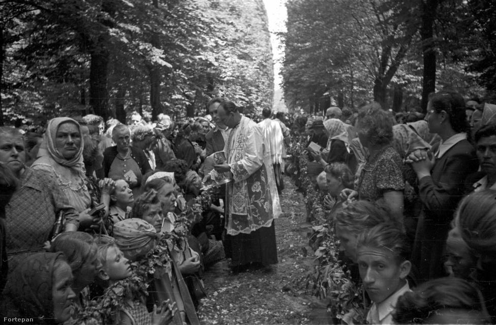 """Máriaremete, hívek az ünnepi szertartáson a Kisboldogasszony-templom kertjében. Nehéz volt vallásgyakorlónak lenni az ötvenes években, mégis, ekkor még magas volt a hívek száma. A hivatalos ideológia rendszeresen gúny tárgyává tette a nem együttműködő papságot és híveiket. Népbutító, népnyúzó, babonákat terjesztő és esőért való éneklést engedélyező plébánosokról írtak a lapok. A vallási ünnepek közül a pünkösdöt és a húsvéthétfőt eltörölték, a Mikulásból Télapó lett, karácsonyból megpróbáltak fenyőünnepet csinálni. Azért a """"békepapság"""" úgy érezte, az egyház kapott is az ötvenes évek államától: újjáépített templomokat és plébánialakokat, nyugodt légkört az alkotmányjogilag biztosított vallásgyakorláshoz. 1954-ben Beresztóczy Miklós """"békepap"""" és országgyűlési képviselő mondta felszólalásában: """"Sztálinvárost építve, volt, akinek a nagy sürgésben akaratlanul is a lábára esett a tégla. Országépítő, évtizedes, hatalmas erőfeszítésben akadhat egy-egy apróbb nehézség, félreértés vagy fájdalom. De ezek részint áthidalhatók és múló jelenségek, részint eltörpülnek a gigantikus célok és a hatalmas munka mellett."""" Vagy mégsem?"""
