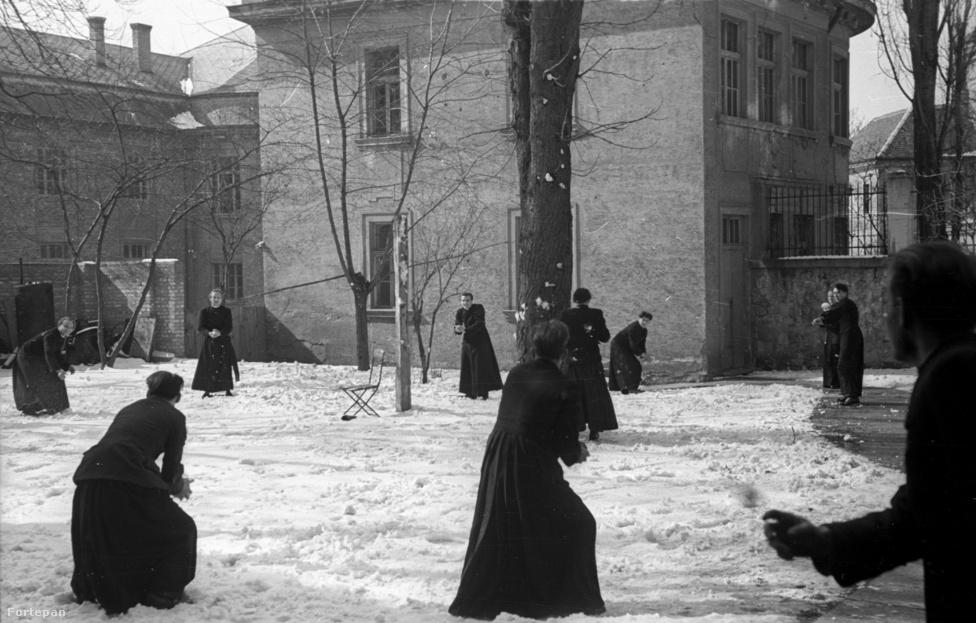 Esztergom, az egyházmegyei szeminárium udvarán kispapok hógolyóznak. Az épület eredetileg a Szatmári Irgalmas Nővérek vízivárosi zárdája volt, de az irgalmasnővéreknek is menniük kellett 1950-ben.