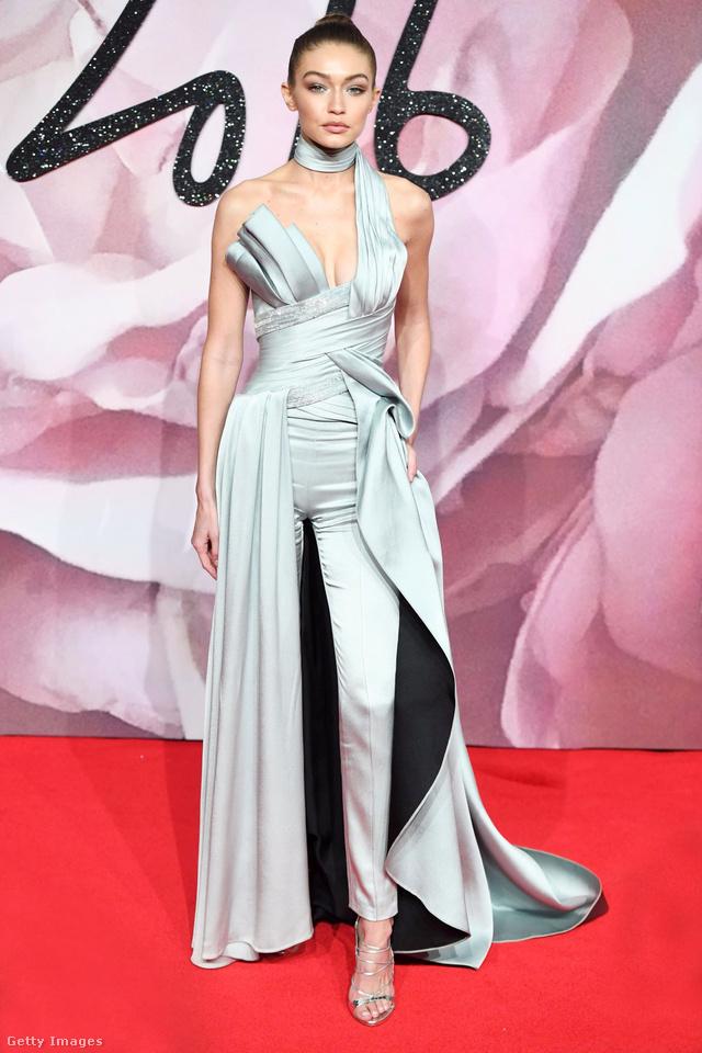Az év modelljeként pózoló Gigi Hadid egy jégkék Atelier Versace szerelésben jelent meg az eseményen.