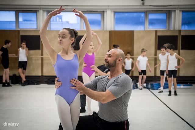 A rendező számára is kihívás volt a gyerekeket integrálni a profi felnőtt táncosok közé.