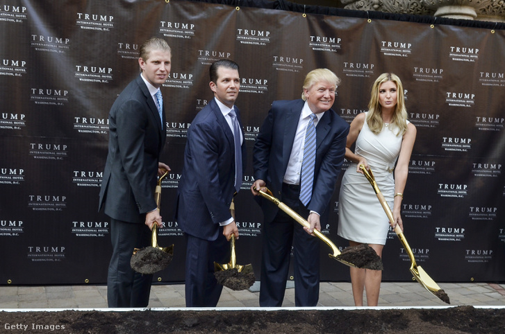 Eric, Donald Jr, apjuk Donald és Ivanka Trump, 2013-ban Washingtonban, a Trump International Hotel alapkőletételekor.