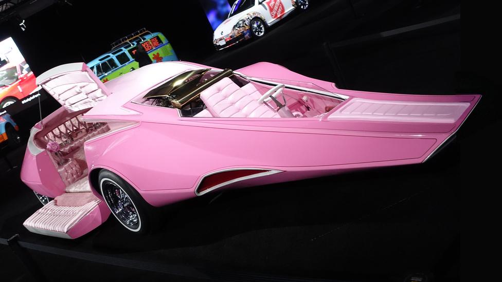 Igen, az eredeti Rózsaszín Párduc-autó az 1969-es tévésorozatból, az, amit Jay Ohrberg készített. Mark Hulz, a kaliforniai Galpin Auto Sports igazgatója 2011-ben vette egy aukción, működésképtelenül, némi restaurálásra várva