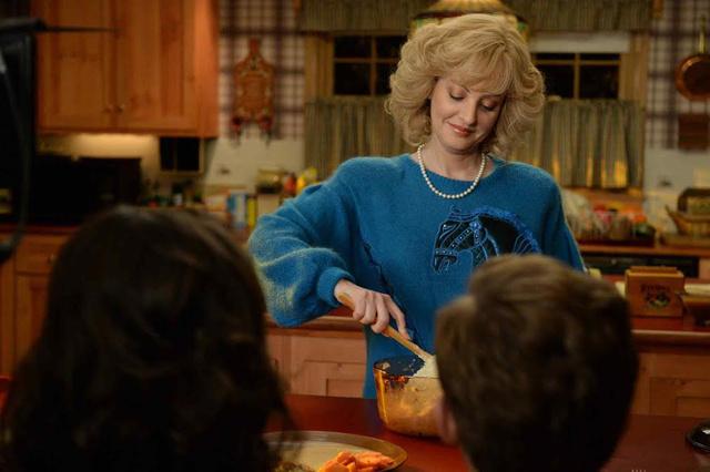 Lovas pulóverben és gyöngy nyakláncban keverte a tésztát az amerikai középosztály a nyolcvanas években.
