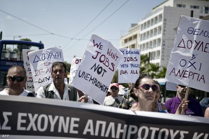 Egy csődbe ment athéni luxusszálloda alkalmazottai tüntetnek 2016. július 4-én