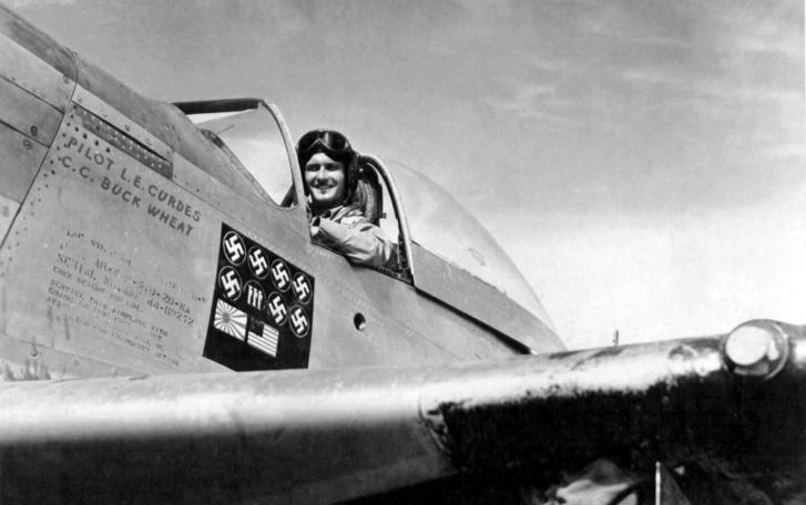 Louis E. Curdes a P-51 repülőgépen 1945-ben