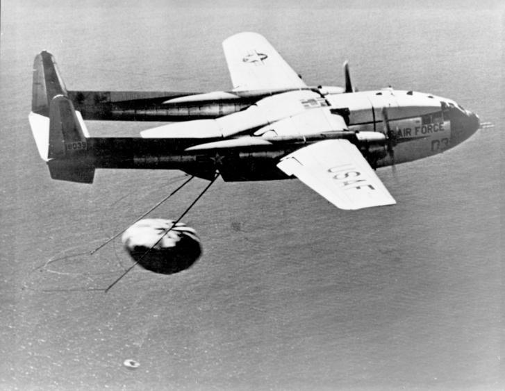 1960. augusztus 19.: ez a különlegesen kialakított C-119J Flying Boxcar kapott el elsőként levegőben föld körüli pályáról viszatérő kapszulát.