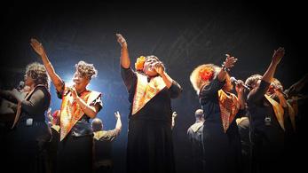 Adele dalaival lép színpadra a Harlem Gospel Choir