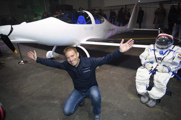 Raphael Domjan svájci felfedező a kizárólag napenergiával működő SolarStratos repülőgép bemutatóján a nyugat-svájci payernei légitámaszponton 2016. december 7-én