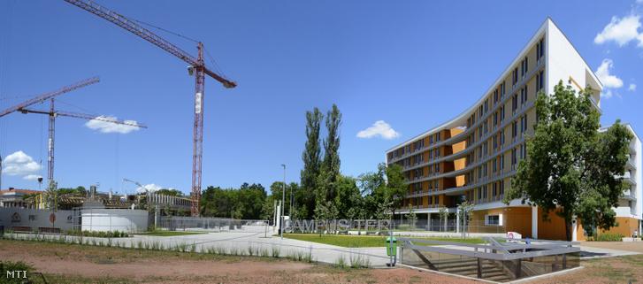 Épül a Nemzeti Közszolgálati Egyetem (NKE) új oktatási épülete a Ludovika Campus beruházás részeként kialakított Campus téren jobbra az intézmény már korábban elkészült kollégiuma látható az Orczy-kertben
