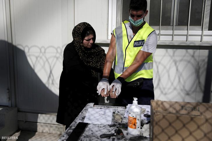 Ujjlenyomatot vesznek egy afgán menekülttől a Moria Menekülttáborban