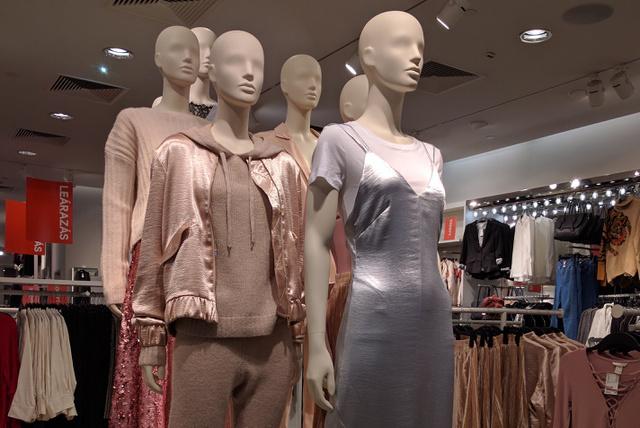 H&M: csupa menő szett karácsonyra! És a legszebb szaténruha csak 5990 forint!