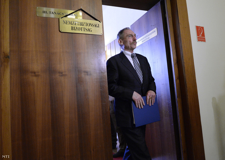 Pintér Sándor a nemzetbiztonsági bizottság ülése után az Országgyűlés Irodaházában Budapesten 2016. május 31-én.