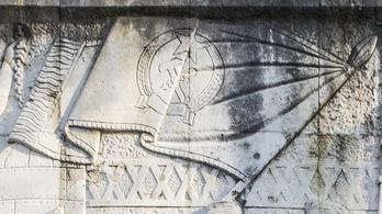 A salgótarjáni sortűz épületén ott van ma is az ország utolsó Rákosi-címere