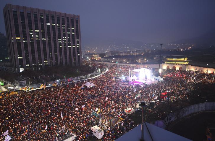 Tömegtüntetés az elnök lemondásáért Dél-Koreában