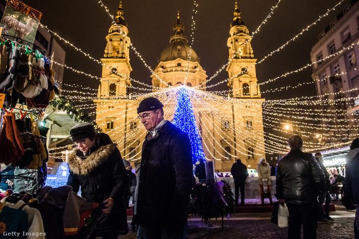 Vásárlók a Bazilika előtt felállított karácsonyi bódévárosban 2015. decemberében.