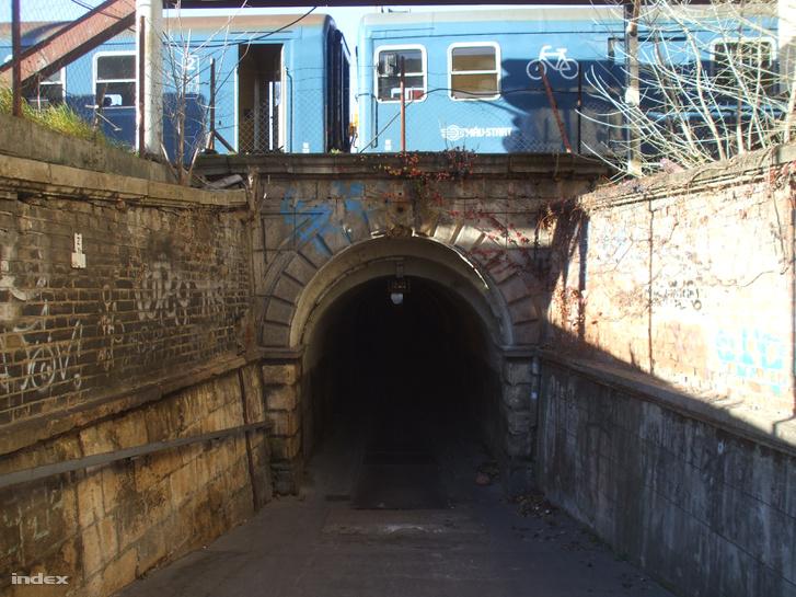 Ha a Ferdinánd híd túl messze lenne: itt egy gyalogos/bringás alagút, amivel pillanatok alatt lehet átlépni a VI. kerületi Bajza utcából a XIII. kerületbe