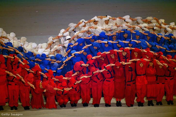 Orosz zászlót formáló előadás a Szocsi olimpia 2014-es megnyitóján.