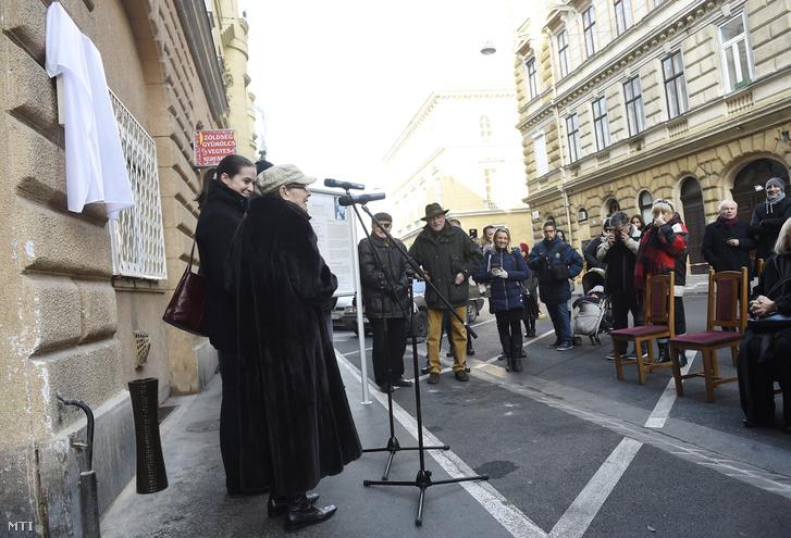 Törőcsik Mari beszédet mond Garas Dezső emléktáblájának avatásán. A kép jobb oldalán Kulka János látható.