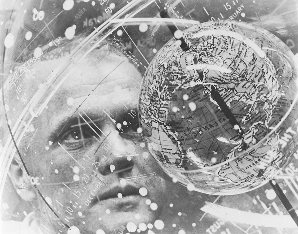 1962. február: Glenn egy csillagtérképgömböt (Celestial Training Device) tanulmányoz a Cape Canaveral floridai légibázis légiorvosi laboratóriumában.