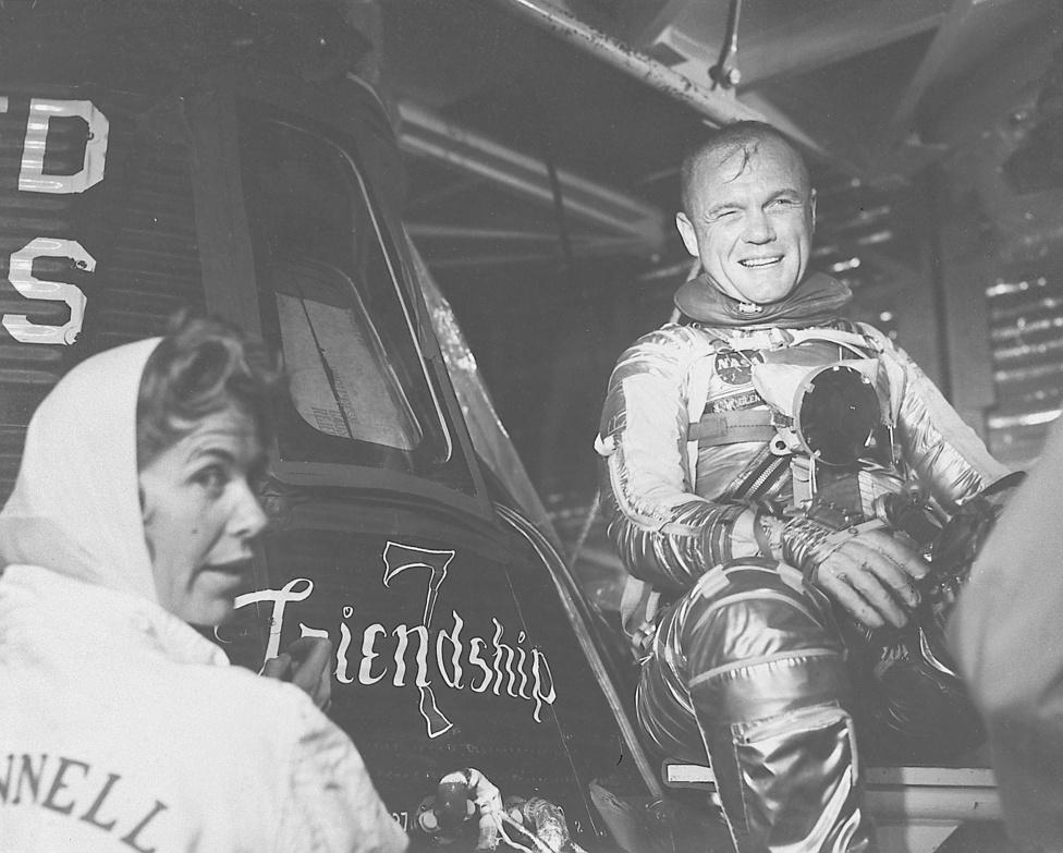 """Cecilia Bibby festőművész festette fel a Mercury űrhajókra az űrhajósok által választott egyedi neveket. A Glenn adta """"Friendship 7"""" név a hét Mercury-űrhajós szoros, baráti kapcsolatára utal."""