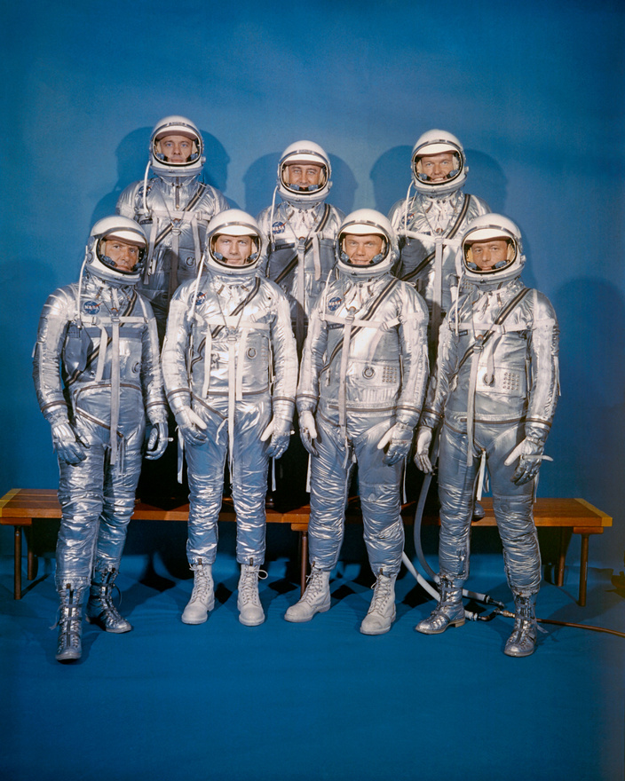 A Mercury-program hét űrhajósa. Első sor, balról jobbra: Walter M. Schirra Jr., Donald K. Slayton, John H. Glenn Jr., és M. Scott Carpenter.Hátsó sor (b-j): Alan B. Shepard Jr., Virgil I. Grissom és L. Gordon Cooper Jr.