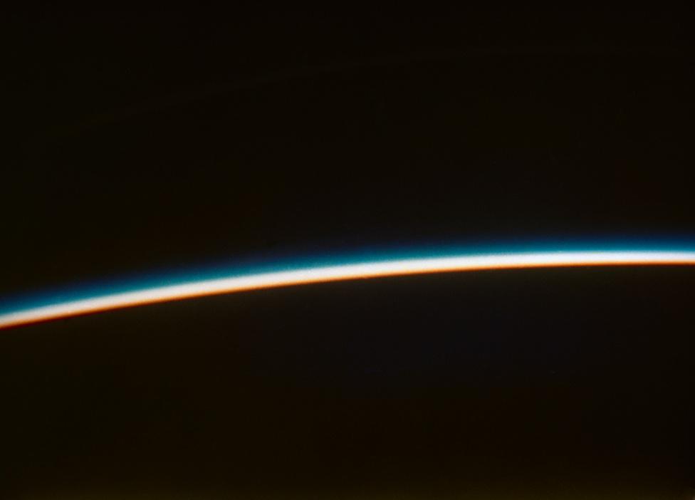 Napnyugta az űrből. Glenn fotója a Friendship 7 űrhajóból.