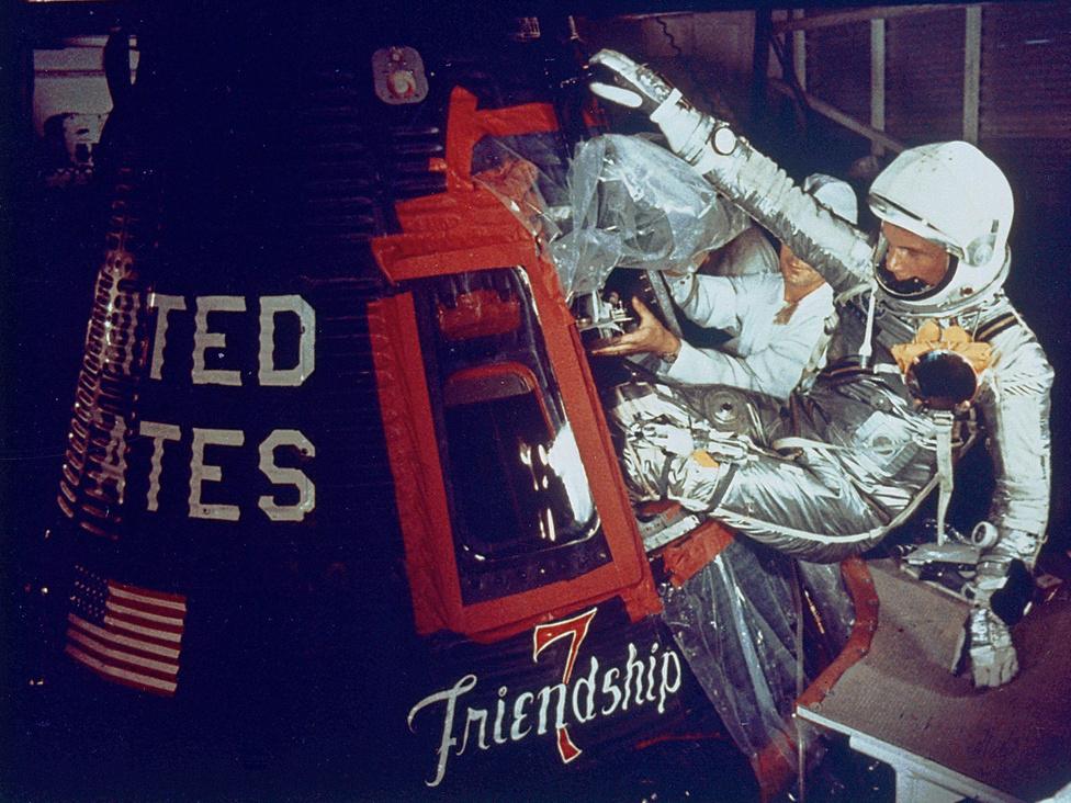 1962. február 20.: Glenn bemászik az űrhajóba.