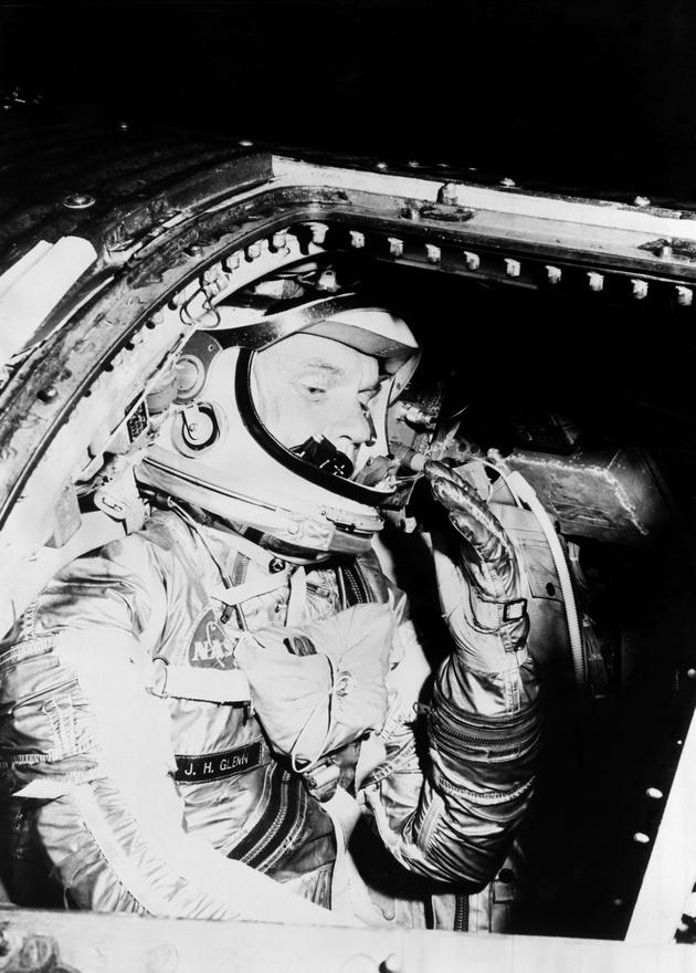 1962: űrruhás gyakorlaton a McDonnell Douglas kiképzőbázisán.
