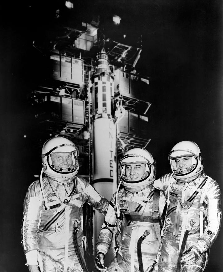 1961-es csoportkép egy Redstone rakétával: az első három amerikai, akik az űrbe mentek: Glenn, Grissom és Shepard.