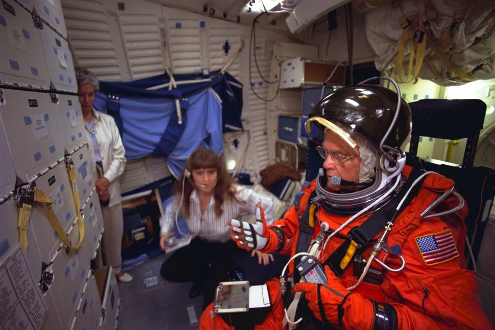 1998. április 28: gyakorlaton a houstoni Johnson Űrközpont (JSC) űrsiklószimulátorában.