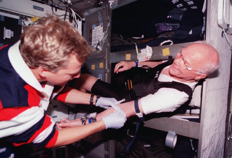 Scott E. Parazynski űrhajós vért vesz a veterán űrhajóstól.