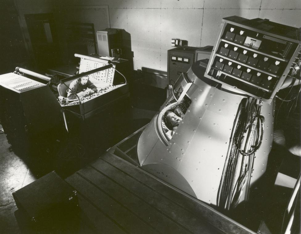 1959. november 30. Glenn a Mercury űrhajó kiképző modelljében gyakorol.