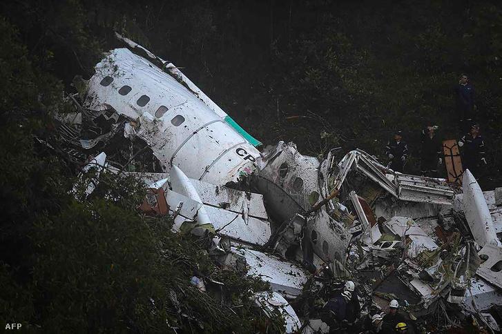 A lezuhant repülőgép roncsai a kolumbiai Medellín közelében 2016. november 29-én.