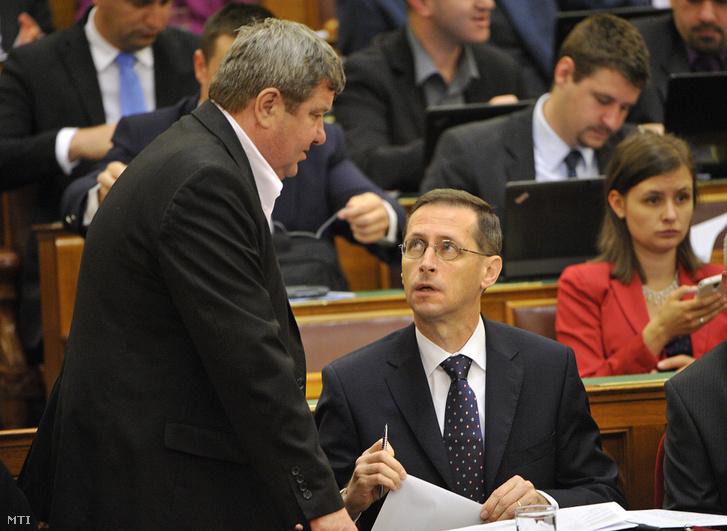Varga Mihály és Tállai András Nemzetgazdasági Minisztérium parlamenti államtitkára az Országgyűlés plenáris ülésén