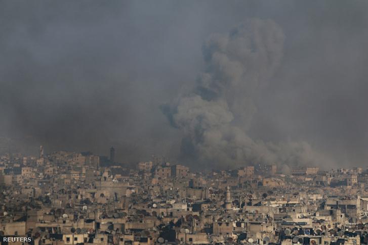 Füst száll fel Aleppo felkelők által ellenőrzött városrészéből 2016. december 9-én.
