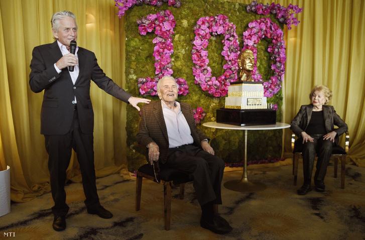 Kirk Douglas amerikai színész és felesége Anne hallgatja fiúk Michael beszédét a századik születésnapja alkalmából tartott ünnepségen