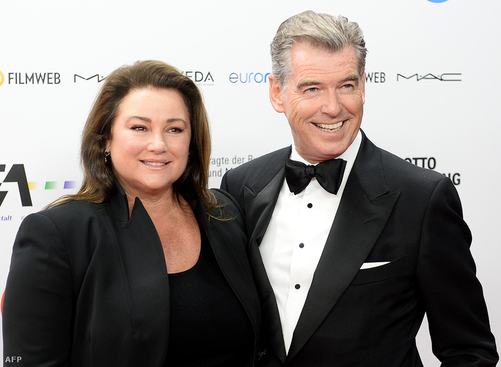 Keely Shaye Smith és Pierce Brosnan.
