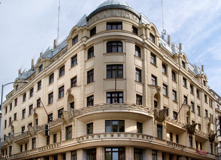 A MAHART hajózási vállalat székháza a fõváros V. kerületében az Apáczai Csere János u. 11-ben.