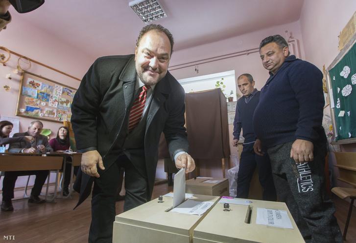 Bíró Zsolt a Magyar Polgári Párt (MPP) elnöke a Romániai Magyar Demokrata Szövetség (RMDSZ) Maros megyei képviselőjelöltje Marossárpatakon szavazott
