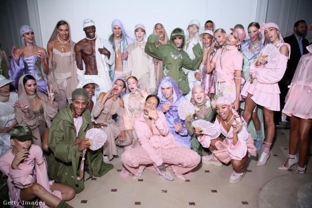 Rihanna nemcsak a Manolo Blahniknak tervezett cipőket a szezonban, de a párizsi divathéten bemutatta második Puma x Fenty kollekcióját, amit állítólag Marie Antoinette világa ihletett.Az énekesnő szerint paprikajancsinak öltözünk jövő nyáron és rózsaszín, levendula, katonazöld és mentazöld cuccokban, extravagáns fűzőkben, csipke fejkendőben, nyakörv nyakláncban, pizsamaruhában, gyöngynyakláncban, orr- és szájékszerrel, és Puma logóval ellátott fátyolos baseball sapkában járunk majd.