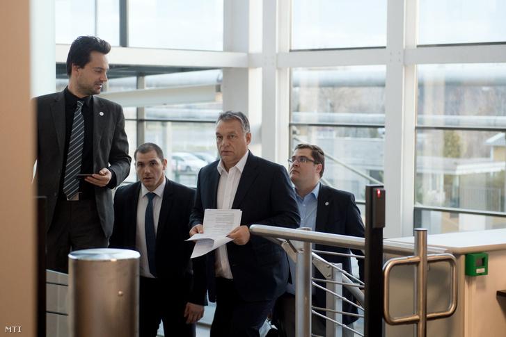 Orbán Viktor miniszterelnök érkezik a Magyar Rádió stúdiójába 2016. december 2-án. A miniszterelnök a 180 perc című műsorban értékelte az AB állásfoglalását.