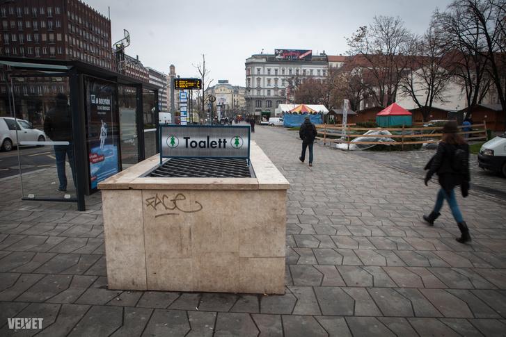 Közvécé a budapesti Madách térnél