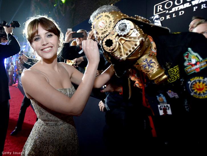 Jones egy rajongó Darth Vader-sisakját dedikálja a Zsivány Egyes hollywoodi díszbemutatója előtt