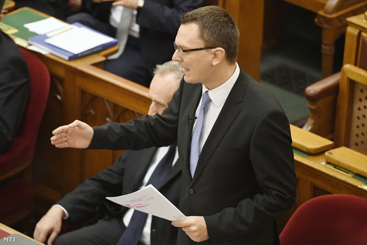Rétvári Bence az Emberi Erőforrások Minisztériumának parlamenti államtitkára felszólal napirend előtt az Országgyűlés plenáris ülésén 2016. december 12-én