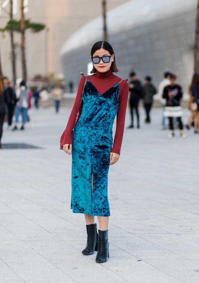 Kék bársony bokacsizma hasonló árnyalatú és anyagú kombinéruhával a szöuli divathéten.