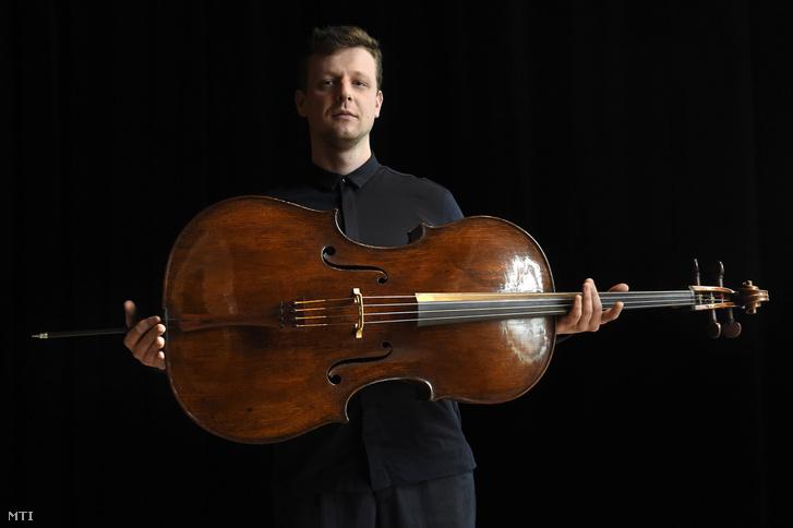 Várdai István csellóművész az 1673-ban készült Stradivari-csellójával a Művészetek Palotájában rendezett sajtóbemutatón 2016. december 12-én.