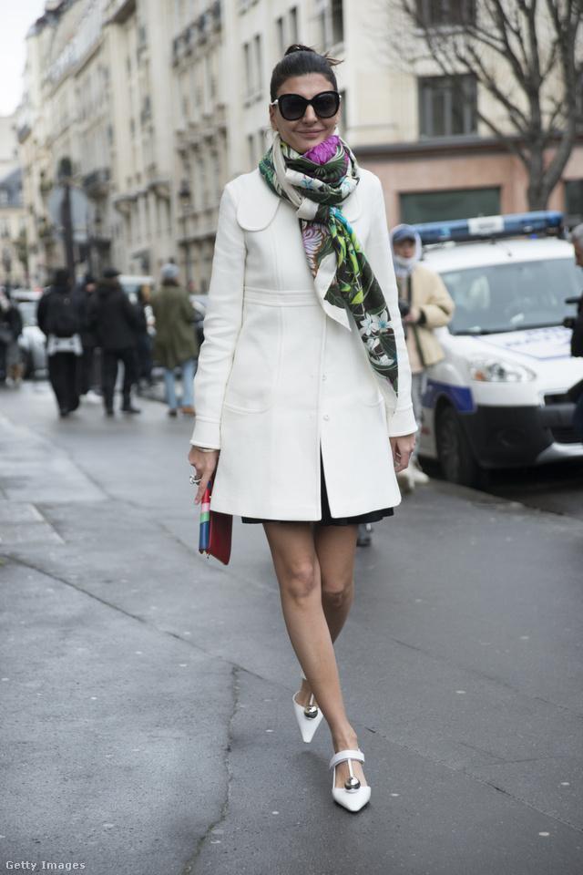 Giovanna Battaglia fehér kabáttal és mintás sállal viselte a kényelmes és elegáns Prada cipőt.