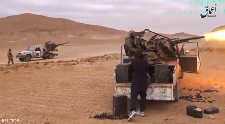 Az Amaq hírügynökség által 2016. december 11-i felvételén az Iszlám Állam fegyveresei haladnak keresztül a Hayyan-hegységen Palmüra felé