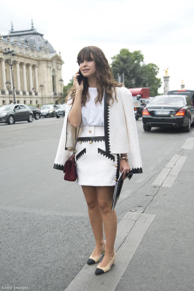 Miroslava Duma bézs-fekete Chanel cipővel dobta fel a klasszikus kosztümöt Párizsban.
