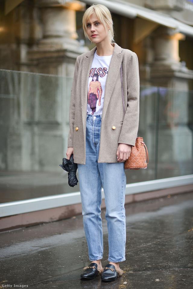 Linda Tol vintage és retro stílusú ruhadarabokkal kombinálta a Gucci papucscipőt Milánóban.